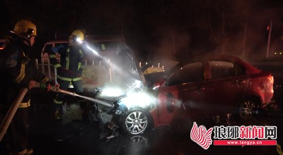 临沂兰陵一轿车失控撞护栏后起火 消防员紧急扑救