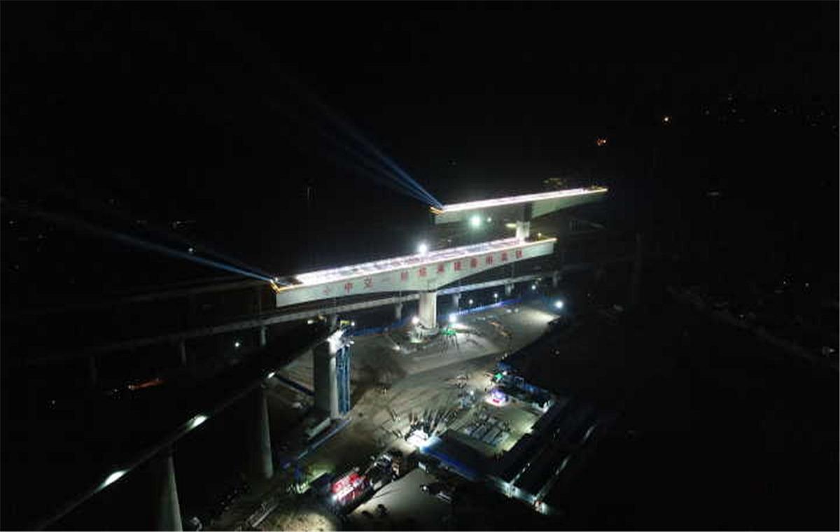 组图:鲁南高铁肖家庄特大桥连续梁转体施工