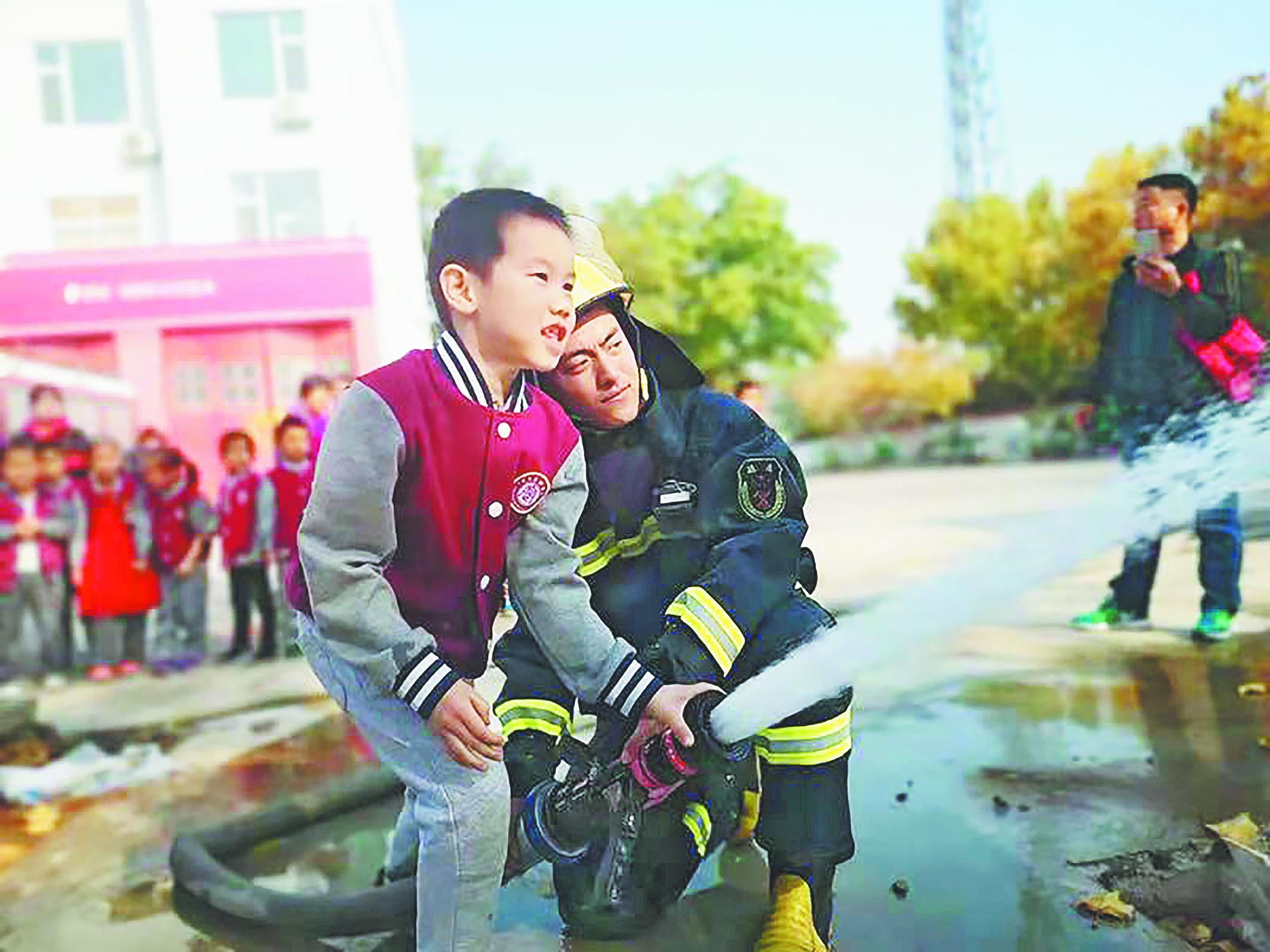 """桓台:小学生走进消防队 体验""""超级武器"""""""