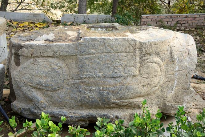 2018年10月4日,在山东醉一斗酒业厂址挖出的景隆寺残石。 (10).jpg