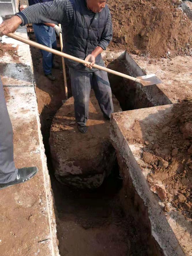 2018年10月4日,在山东醉一斗酒业厂址挖出的景隆寺残石。 (13).jpg