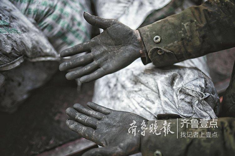 实拍送煤工:他们用双手温暖我们的冬天