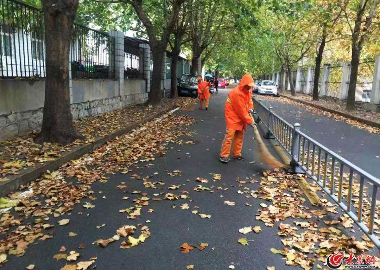 战秋雨扫落叶 济南环卫工人寒风中保城市整洁