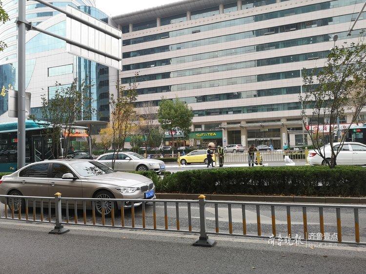 围观!济南泺源大街开始安装新护栏