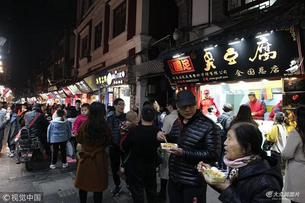 """网红芙蓉街封闭改造 游客品尝""""最后""""美食"""