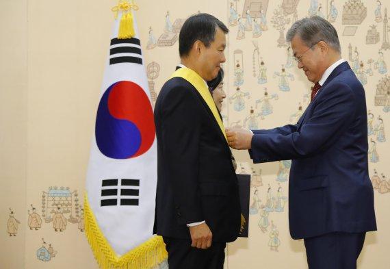 判朴槿惠下台的5名法官集体卸任 文在寅微笑授勋章