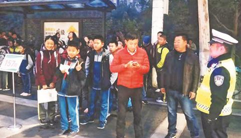 张店交警新举措缓解学校门前交通拥堵 调拨学生公交专车