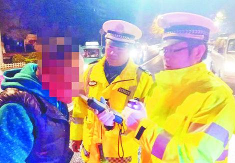 博山交警兵分8路夜查 暂扣18辆超载车