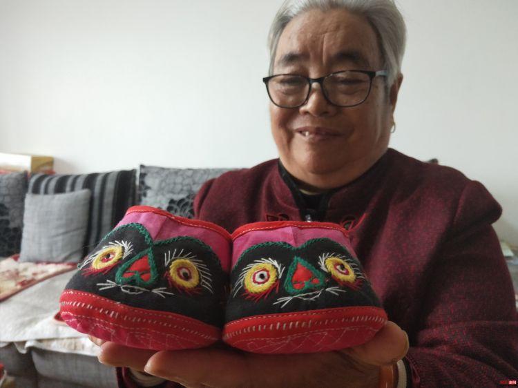 传承非遗 淄博77岁老人愿义务教居民做虎头鞋