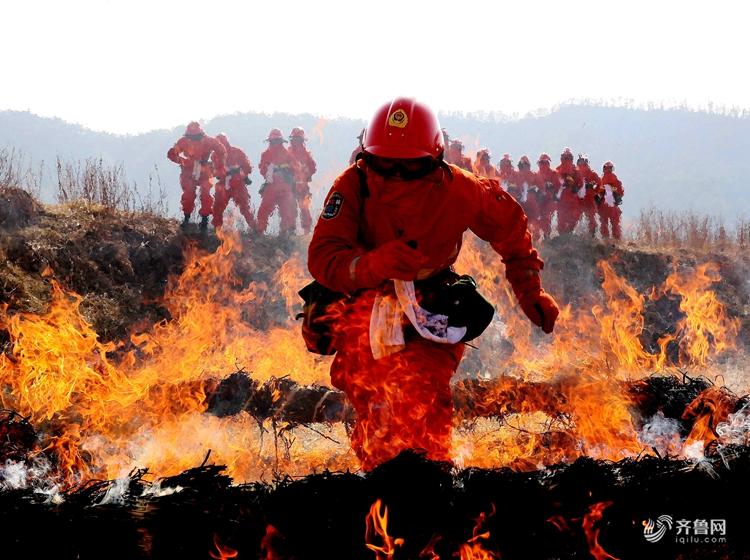 全国消防日 盘点消防员奋不顾身的感人瞬间