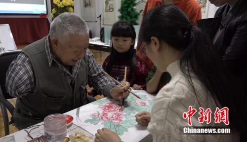 78岁独臂老人自费40多万元 免费教孩子学画
