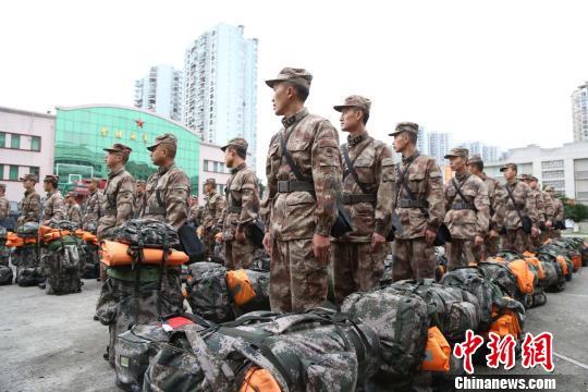 西部战区陆军专业抢险救援力量抵达金沙江堰塞湖