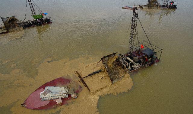 警方摧毁长江特大非法采砂团伙 单船一晚可牟利20万!