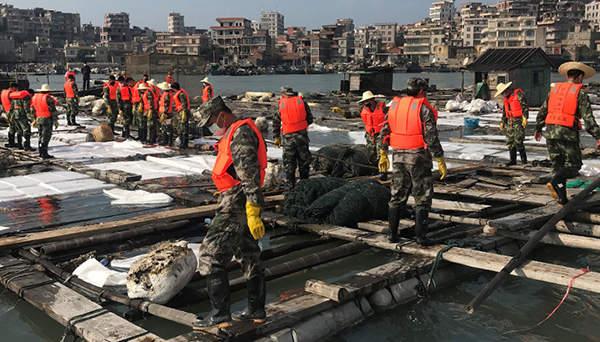 福建泉港碳九泄漏现场:海面有一层油 污染海域在清理