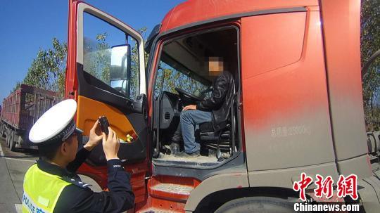 山西一货车司机因酒驾被吊销驾照 几次哭晕