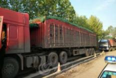 桓台:110辆被查超载大货车排了2.1公里长