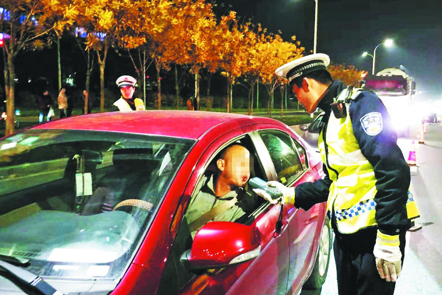 张店交警一天查处216起交通违法行为
