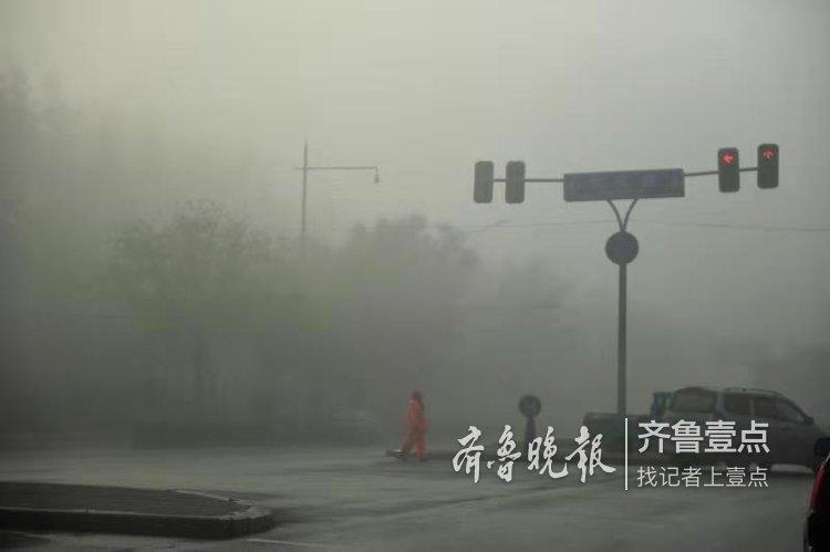 济南长清大学城晨雾弥漫,车辆缓慢前行
