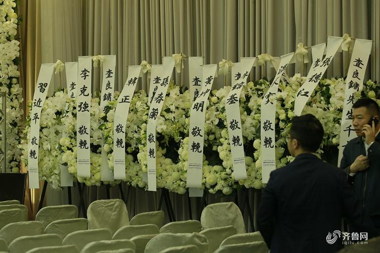金庸丧礼以私人形式于香港殡仪馆举行 生前好友送铃兰花圈悼念