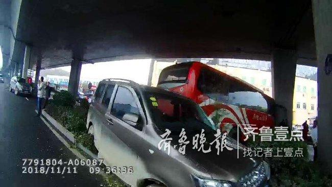 警方通报工北大客起火事故 两车24名乘客,1人受伤