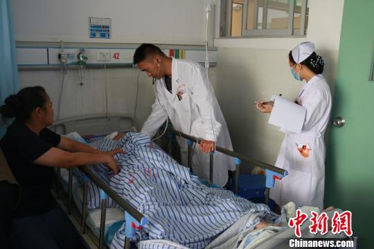 广西公交车司机突发脑出血 半身麻木拼命单手停车