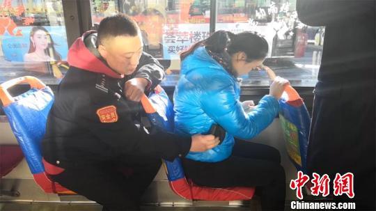 长春公交司机演示小偷的扒窃手段 传授防盗秘籍