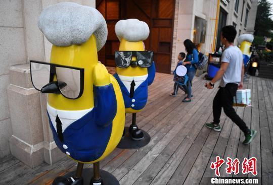 厦门:鸡雕塑俏皮可爱
