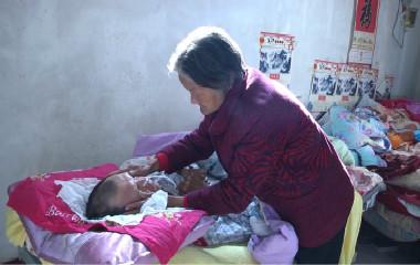 4000多个日夜坚守 她用母爱唤醒植物人儿子