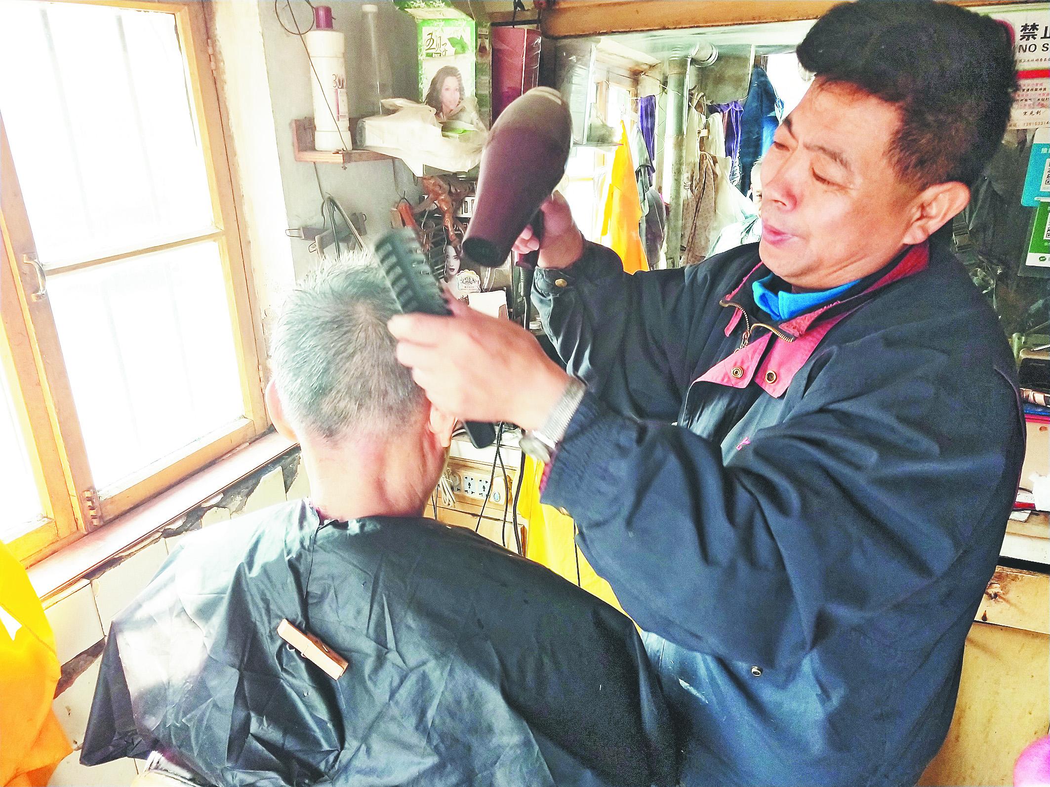 """淄博30年老理发师看着市场""""长大"""""""