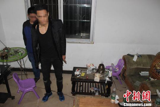 广西钦州警方上演缉毒大片 飞檐走壁负伤抓捕毒贩