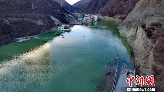 川藏交界金沙江堰塞湖抢险救援有序推进 上游险情缓解