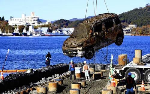 """日本""""3•11""""大地震时被海啸卷走的汽车被打捞上岸"""