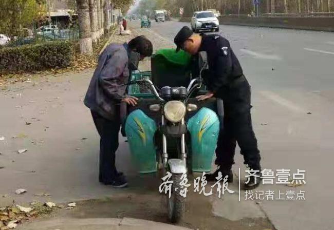 三轮车坏在路上急坏老人,保安出手相助帮维修