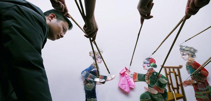 湖南张家界上演皮影戏《爬楼》