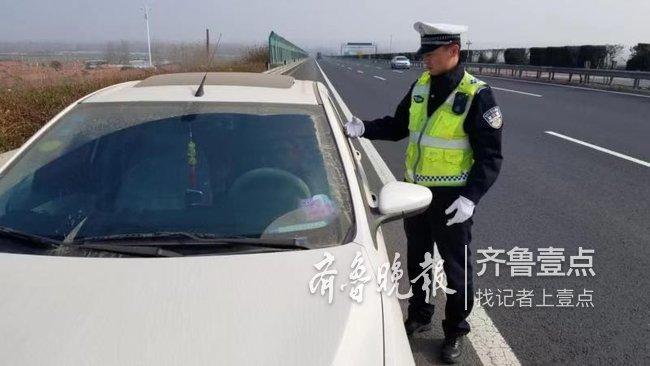 喝的可真不少!一司机酒后驾车犯困,竟停应急道睡大觉