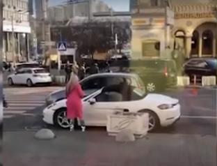 """乌克兰时髦女子用斧子猛砸保时捷 怒骂""""混蛋""""引围观"""