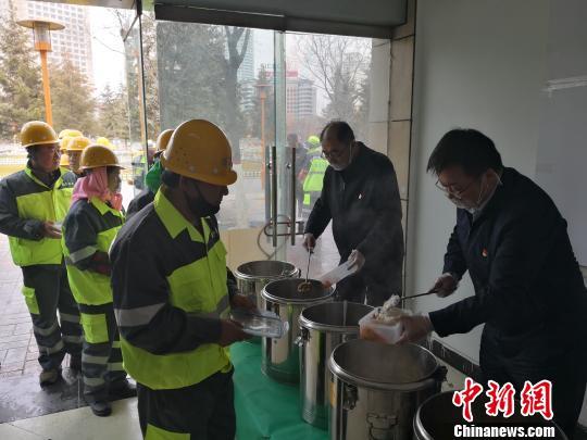 """西宁城中640名环卫工人享用""""阳光午餐"""""""