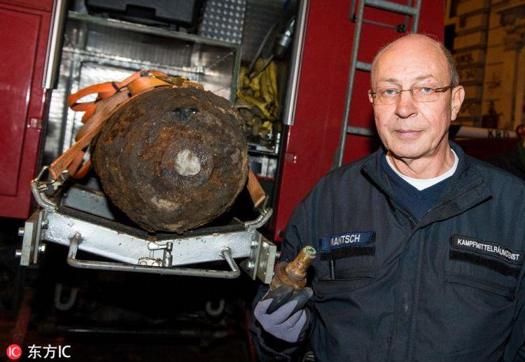 """德国汉堡发现250公斤炸弹 拆弹专家""""淡定""""合影"""