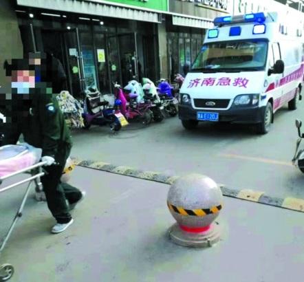 """济南又现""""急救无路""""!救护车先后受阻于限高杆、隔离墩"""