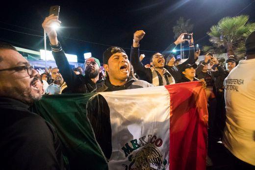 移民抵达美墨边境 与当地民众发生冲突致3人受伤