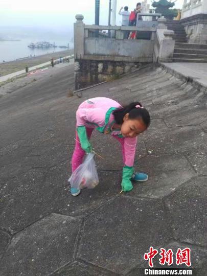 """湖北宜昌:11岁小学生热心环保自当""""生态宣传员""""图片"""