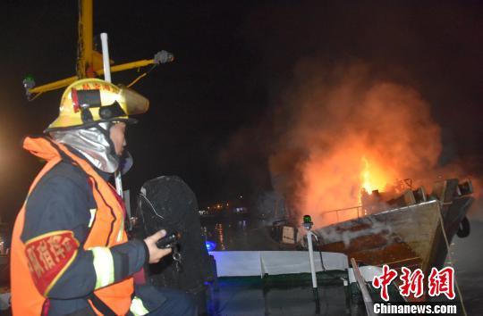 广西北海渔船起火燃烧猛烈 火焰高3米