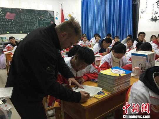 """外教夫妻走进贵州""""大山"""" 让学英语成为轻松事"""