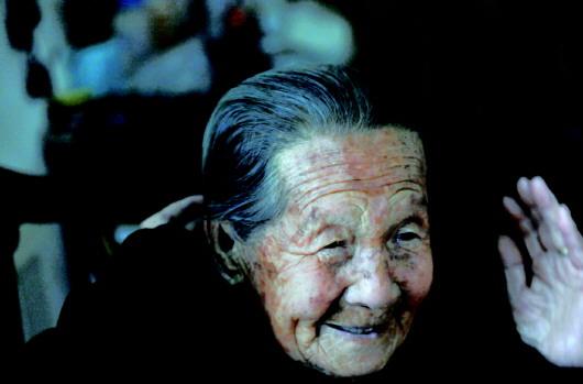 山东102岁老人青丝比白发还多,有啥长寿秘密?