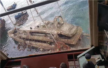 """泰国普吉倾覆沉没的""""凤凰""""号游船打捞出水"""