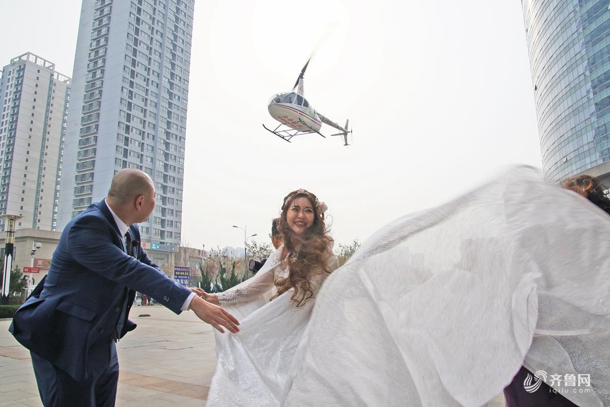 """烟台一对新人乘直升机抵达婚礼现场 """"壕""""气满满"""