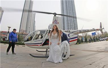 """""""壕""""气满满!烟台一对新人乘直升机抵婚礼现场"""