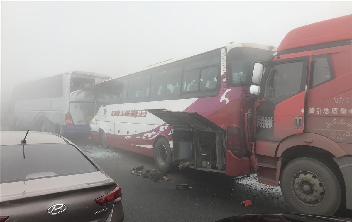 突发!大雾致京台高速宁阳段多车连环撞,乘客开展互救