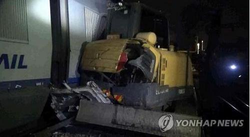 韩国载140余乘客高铁进站时撞上挖掘机 3人受伤