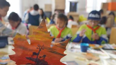 青岛学生手绘落叶画 留住多彩秋